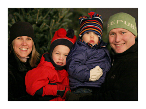 Family_photo_by_christmas_tree_for_